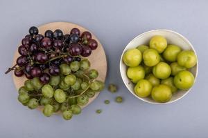 fotografia di cibo piatto laici di frutta fresca su sfondo neutro