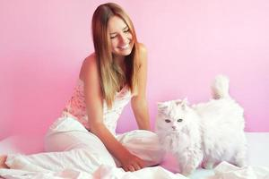 bella ragazza con gatto persiano foto