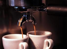 versando il caffè espresso