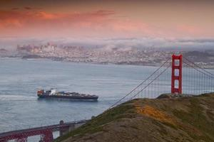 golden gate bridge al tramonto
