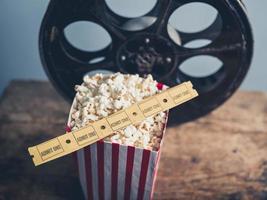 vecchia bobina di film, popcorn e biglietti foto