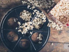 bobina di film e popcorn foto