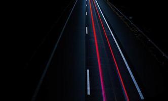 lunga esposizione delle luci dei freni su strada