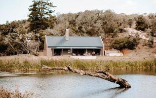 città del capo, sud africa, 2020 - casa vicino al corpo d'acqua