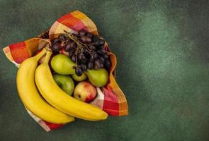 frutta assortita su sfondo verde con copia spazio