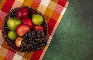 frutta assortita su sfondo stilizzato di metà autunno