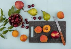 frutta assortita su sfondo blu