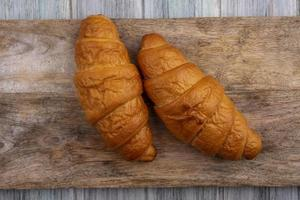 pagnotta di pane fresco sul tagliere foto