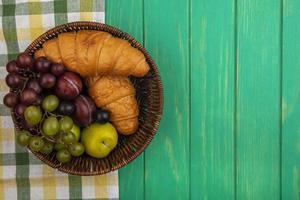 frutta e pane assortiti su sfondo verde stilizzato