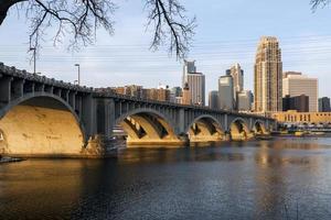 Minneapolis Minnesota vista dall'altra parte del fiume Mississippi foto