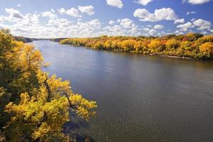 colori autunnali lungo il fiume mississippi, minnesota