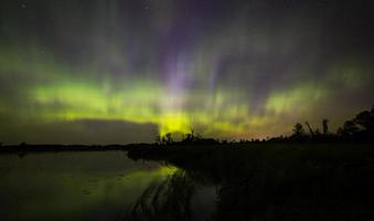 aurora boreale sulle zone umide foto