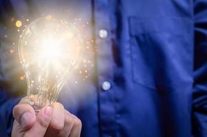 concetto di idea creativa con lampadina foto