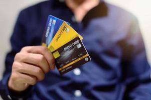 uomo d'affari con carte di credito
