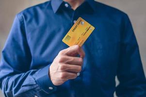 uomo d'affari con carta di credito
