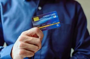 uomo d'affari con carta di credito foto