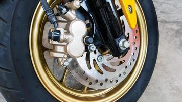 primo piano del freno a disco del motociclo