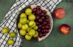 frutta assortita su sfondo verde con panno plaid