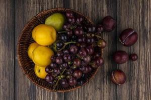 frutta assortita su fondo in legno