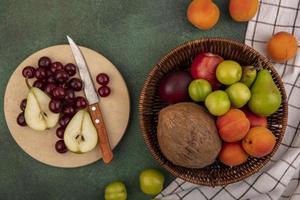 Un assortimento di frutta piatta giaceva su sfondo verde