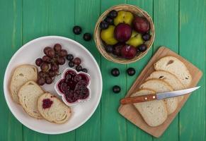 pane con marmellata e frutta su sfondo verde