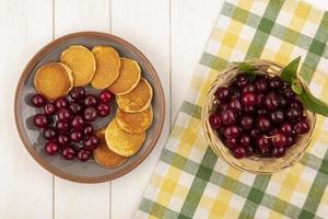 frutta assortita su sfondo autunnale stilizzato