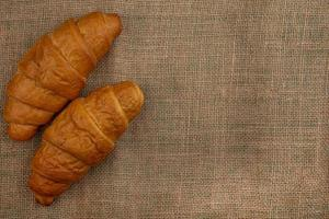 croissant su sfondo di tela di sacco con copia spazio