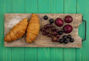 frutta e croissant assortiti di metà autunno foto