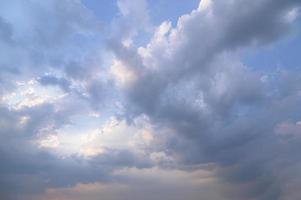 cielo e nuvole nella luce della sera foto