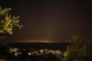 città del capo, sud africa, 2020 - silhouette di montagna sotto le stelle notturne foto