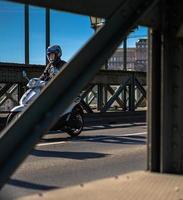 budapest, ungheria, 2020 - uomo su una moto