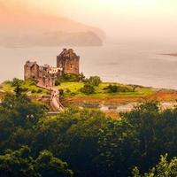 kyle of lochalsh, scozia, 2020 - vista dall'alto nebbiosa del castello di eilean donan in scozia