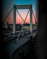 budapest, ungheria, 2020 - tramonto sul ponte elisabetta