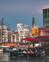 amsterdam, paesi bassi, 2020 - gruppo di persone in una barca ad amsterdam