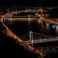 budapest, ungheria, 2020 - veduta aerea del fiume danubio di notte