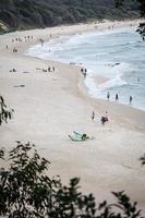 byron beach, australia, 2020 - persone su una spiaggia durante il giorno