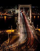 budapest, ungheria, 2020 - lunga esposizione delle luci delle auto sul ponte elisabetta di notte