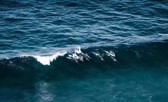 onda dell'oceano in acque blu profonde