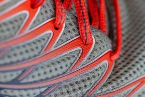 primo piano di scarpe da corsa grigie e rosse