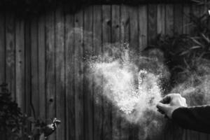 scala di grigi di un'esplosione foto