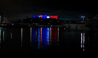 antibes, francia, 2020 - colori francesi su fort carre di notte