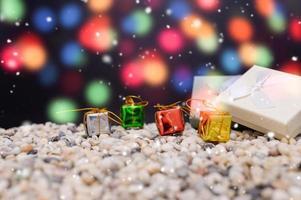 buon natale sfondo con scatole in miniatura