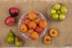 frutta assortita su sfondo di tela di sacco