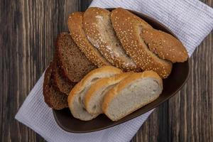pane in una ciotola su fondo in legno