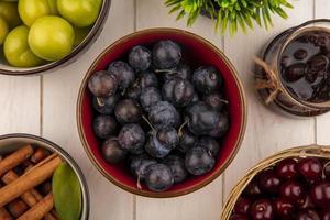 frutti di bosco assortiti su uno sfondo di legno bianco