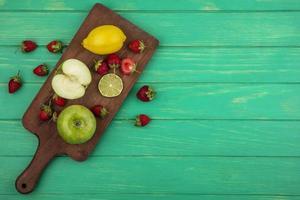 bordo di frutta su uno sfondo verde con copia spazio foto