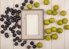 frutta assortita su fondo di legno incorniciato