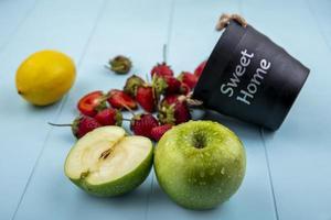 frutta fresca con secchio su sfondo blu foto