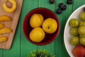 frutta fresca su sfondo verde