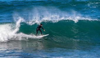 sydney, australia, 2020 - uomo che fa surf durante il giorno